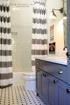 double shower curtain Love the blue cabinets to for the boys bathroom. Double Shower Curtain, Two Shower Curtains, Double Curtains, Bathroom Curtains, Home Interior, Bathroom Interior, Design Bathroom, Interior Design, Interior Modern