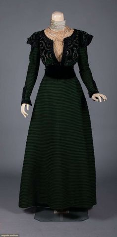Beaded/velvet 2 piece w/ jacket, 1897 Augusta auctions Old Dresses, Vintage Dresses, Vintage Outfits, Vintage Clothing, 1890s Fashion, Victorian Fashion, Medieval Fashion, Green Gown, Green Silk