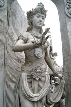 A statue of a woman in regal ancient Java attire in Monas (National Monument), Jakarta. The statue probably depicting Suhita, the Queen of Majapahit kingdom, or probably Ibu Pertiwi, the National Personification of Indonesia. Ancient Goddesses, Gods And Goddesses, Saraswati Statue, Durga, Hindu Statues, Divine Mother, Mother Goddess, Sacred Feminine, Divine Feminine