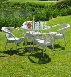 Un tavolino dalla linea romantica, con comode poltrone, perfetto per una pausa di relax in giardino #outdoor #garden #living #area #table