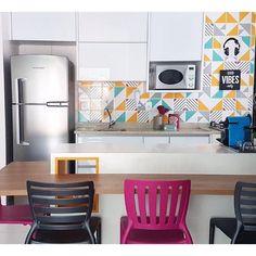 Lurca Azulejos | Azulejos Raiz amarelo, Raiz verde água, Laje cinza e Rumo no projeto @apbarquitetura | Raiz yellow, Raiz light green, Laje grey and Rumo - Ceramic Tiles // Shop Online www.lurca.com.br #azulejos #azulejosdecorados #revestimento #arquitetura #reforma #decoração #interiores #decor #casa #sala #design #cerâmica #tiles #ceramictiles #architecture #interiors #homestyle #livingroom #wall #homedecor #lurca #lurcaazulejos Conference Room, Table, Furniture, Home Decor, Decor Ideas, Good Ideas, Decorating Ideas, Gray Decor, Interiors