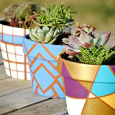 32 Terracotta Pot Hacks to Liven Up Your Home and Garden Painted geometric flower pots from 32 Terra Painted Plant Pots, Painted Flower Pots, Painted Vases, Flower Pot Design, Flower Pot Crafts, Geometric Flower, Cactus Y Suculentas, Diy Flowers, Potted Flowers