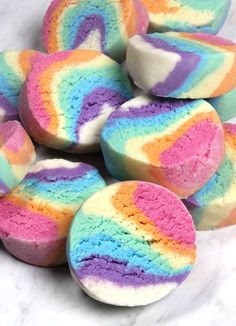 DIY Rainbow Bubbling Bath Truffles - Soap Queen DIY Rainbow Bath Bars<br> These Bubbling Rainbow Bath Truffles fizz, create bubbles and add moisture to the tub! Homemade Beauty, Homemade Gifts, Diy Beauty, Homemade Facials, Beauty Makeup, Bath Bomb Recipes, Bombe Recipe, Diy Spa, Mason Jar Diy