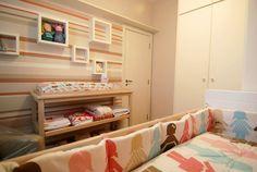 Arquiteta: Cecília Mattos Mueller.  Esse pequeno quarto foi feito para um bebê e tem 2,5 m x 3,3 m x 2,85 m de pé direito. Parede em tom camurça. Nichos quadrados da parede de 30 x 30 cm e 20 x 20 cm) A poltrona é da loja De Canto em Canto. O tapete de crochê foi feito sob medida (1 m x 1,50 m) com os tons do enxoval, da mesma loja.