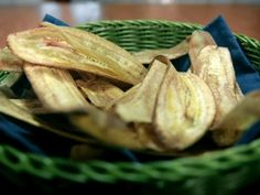 How to make banana chips. Veggie Recipes, Snack Recipes, Snacks, Vegan Vegetarian, Vegetarian Recipes, Healthy Recipes, Banana Chips, Bariatric Recipes, Coco