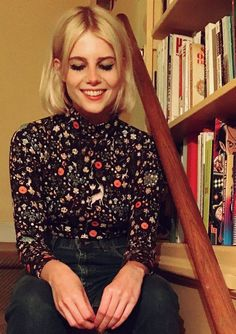 Lucy Boynton Style: Lucy has a knack for unearthing upcoming designers. Here she wears a printed piece from Samantha Pleet in August 2017 before she shot to fame. Grunge Style, Soft Grunge, Audrey Hepburn, Tan Loafers, Lucy Boynton, Angela Simmons, Keke Palmer, Kendall Jenner Outfits, Victoria Dress
