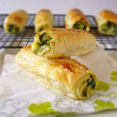 Feta Ricotta Spinach Rolls recipe with & to& Video. Easy to bake Feta Ricotta Spinach Rolls. Its a hearty vegetarian meal. Think Food, I Love Food, Good Food, Yummy Food, Tapas, Spinach Rolls, Spinach Ricotta, Spinach Wrap, Spinach Puff Pastry