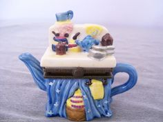 TRINKET BOX Teapot Figural Kitchen Counter Vintage SMALLS BLUE Penny Auctions, Kitchen Items, Vintage Beauty, Happy Mothers Day, Ceramic Pottery, Trinket Boxes, Teapot, Counter, Ceramics