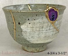 Tazón de fuente japonés con la piedra preciosa geoda de ágata When a Japanese bowl or plate is broken it is repaired with gold. The agate also adds a great deal to this bowl! Japanese Bowls, Japanese Ceramics, Japanese Pottery, Japanese Art, Ceramic Plates, Ceramic Pottery, Pottery Art, Ceramic Art, Kintsugi