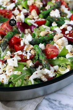 Sałatka ze szparagami, czarnymi oliwkami, orzechami nerkowca i serem feta Caprese Salad, Pasta Salad, Cobb Salad, Vegan Recipes, Cooking Recipes, Vegan Food, Sweet And Salty, Grilling, Appetizers