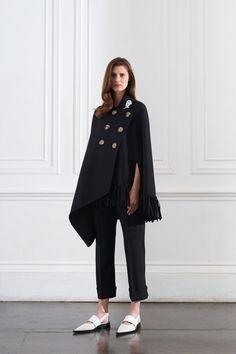 Défilé Victoria Bekcham croisière 2016, manteau cape noire