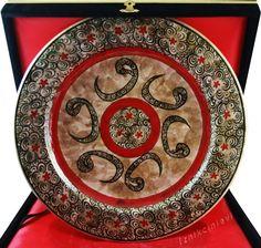 Vav İşlemeli Osmanlı İznik Çini Tabak 30cm, Tamamen el işi beş adet vav motifi ve haliç desenleri ile işlenmiş özel bir tabak. Klasik Osmanlı motiflerinden alıntıdır. Kadife kaplı şık ahşap kutusu ile unutulmaz bir sunum.