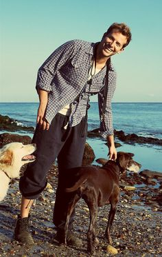 Bradley Cooper and pups. He's so handsome Bradley Cooper, Gorgeous Men, Beautiful People, Hello Beautiful, Silver Linings, Emotional Support Animal, Actrices Hollywood, Raining Men, Portraits