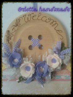 Bottone in legno con fiori lilla'