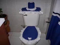Resultado de imagen para juego de baño en tela Bathroom Crafts, Bathroom Sets, Toilet Tank Cover, Curtain Designs, Toilet Paper, Sewing Projects, Diy, Home Decor, Google