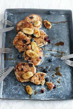 Een heerlijk #ontbijt gerecht van Miljuschka Witzenhausen, deze #havermout #pannenkoeken met blauwe #bessen. Recept uit haar boek 'Lekker Miljuschka'.