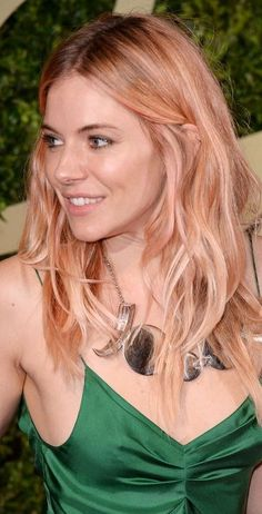 Sienna Miller deserves a ton of credit for pioneering the whole rose-gold hair thing, when she attended the 2013 British Fashion Awards rocking this peachy pink hue. Rose Gold Highlights, Hair Color Highlights, Ombre Hair Color, Rose Gold Hair Brunette, Rose Blonde, Sienna Miller Hair, Hair Trends 2018, Retro Wedding Hair, Gold Hair Colors