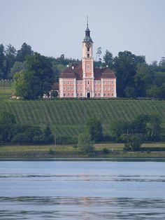 Klosterkirche Birnau bei Überlingen am Bodensee. Barocke Ausstattung von 1746 bis 1949 erbaut strahlt sie in Altrosa weit über den Bodensee den Besuchern entgegen.  Urlaub machen direkt in der Nähe der Klosterkirche Birnau oder sich stärken für den Tag ? Wie wäre es mit dem Hotel-Restaurant PILGERHOF und REBMANNSHOF