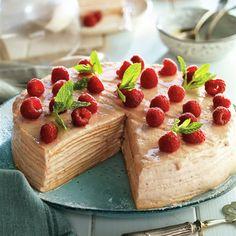 Pastel milhojas de obleas con crema de fresa y frambuesas Strudel, Delicious Desserts, Cheesecake, Food, Caramel Dip, Mille Feuille, Cold Desserts, Raspberries, Food Cakes