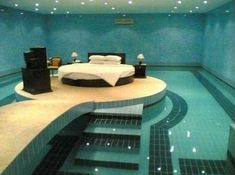Chambre à coucher entourée d'une piscine