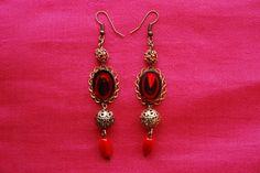 """Boucles d'oreille """"pourpre"""" : cabochons rouges en verre (vintage années 60 allemagne) perles ajourées métal perles strassées rouge : Boucles d'oreille par lericheattirail"""
