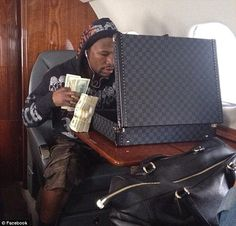 Travelling with cache: Floyd Mayweather shows how he likes to move around - on a private jet, with plenty of cash because of his dislike of credit cards Money On My Mind, Big Money, Cash Money, Floyd Mayweather, Luxury Lifestyle Fashion, Billionaire Lifestyle, Boxing Training, Couple Relationship, Duffel Bag