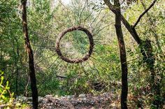 Un Artista Pasó un Año Completo en el Bosque Creando Esculturas Surrealistas con Materiales Orgánicos
