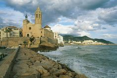 The 17th-century Iglesia de Sant Bartomeu i Santa Tecla, Sitges. Image by Max Alexander / Dorling Kindersley / Getty Images