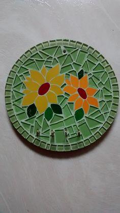 Porta chaves com pastilhas de vidro e azulejos formando um lindo mosaico, base em MDF.