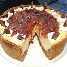 This Deluxe Caramel Cheesecake infused with caramel and finished off with a luscious Caramel Toffee Topping made jaws drop. Great Desserts, Delicious Desserts, Dessert Recipes, Yummy Food, Caramel Cheesecake Bites, Cheesecake Recipes, Oreo Cheesecake, Yummy Treats, Sweet Treats
