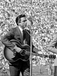 A vintage photo of Johnny Cash Country Music Stars, Country Music Artists, Country Singers, Johnny Und June, Johnny Cash June Carter, Here's Johnny, Rock And Roll, Tennessee, Musik Genre