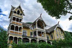 Jakten på arkitekten bak Hotel Central i Stryn Norway House, Norway Viking, Scandinavian, Street Art, Scenery, Villa, Mansions, Architecture, House Styles