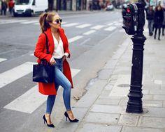 LOOK D'ANGELICA BLICK  On aime: la simplicité & la sophistication de la tenue qui tient au jean taille haute réhaussé par le manteau orange et les escarpins hauts.