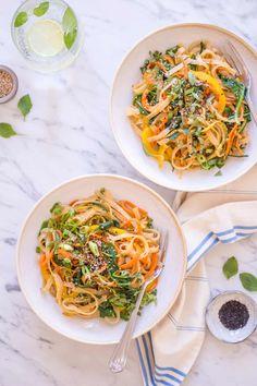 Asiatische Sesam-Nudeln mit Gemüse. Schnell gemacht, superlecker – könnte euer neues Lieblingsgericht werden. Echt jetzt! | Ohhh… Mhhh…