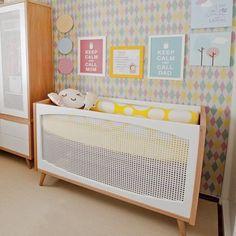 Inspiração pra um quarto de bebê colorido. 💚💖💛 #quartodebebe #inspiracao #colorido #papeldeparede #berço #bebe #nursery #inspiration #wallpaper #baby #babyroom #crib #decor
