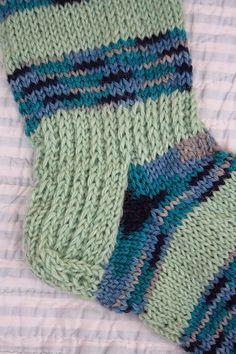Pesä puussa: Sukka, joka ei venyisi ja putoaisi saappaaseen... Marimekko, Knitting Socks, Tricot, Eggs, Patterns, Breien, Tutorials, Knit Socks