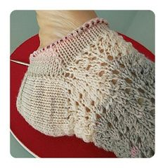 Calcetines, cómo tejer calcetines paso a paso | anaconde | socks&co Baby Booties Knitting Pattern, Knitting Patterns, Human Knee, Hosiery, Snug, Crochet Top, Stitch, Sewing, How To Wear