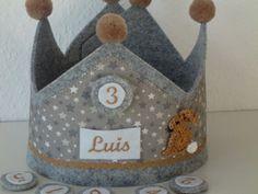 Geburtstagskrone 1-6~Wunschname~Häschen Birthday Crowns, Felting, First Birthdays, Birthday Ideas, Burlap, Reusable Tote Bags, Etsy, Dressmaking, Birthday Wreaths