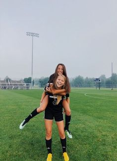 Cute Soccer Pictures, Cute Friend Pictures, Best Friend Pictures, Sports Pictures, Soccer Pics, Nike Soccer, Soccer Quotes, Soccer Couples, Soccer Goals