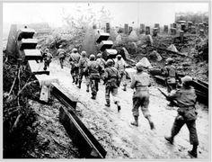 Mardi 3 Octobre 1944 : Au nord d'Aix la Chapelle, la 1ère armée américaine perce la ligne Siegfried défendue par les Allemands.  Tuesday October 3rd, 1944 : North of Aachen, the first American Army broke through the Siegfried line defended by the Germans.
