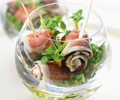 Des bouchées pour l'apéritif ? Notre recette est à l'aubergine, au fromage frais, au jambon cru et au basilic. Un petit air de sud dans les assiettes !