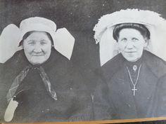 Nistelrode, Doremie en Hanne Wonders. Moeder en dochter. Moeder met de gazen muts en knoopdoekje. Hanne met een fraaie poffer en een keelbroche en ketting met gouden kruis. Het haar wordt hier door Hanne op een rol gedragen, zoals dat tussen 1900 en 1910 in de mode kwam bij de jonge garde. Moeder draagt een omslagdoek en Hanne een jas.