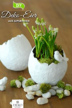 DIY: hübsche Deko-Ostereier aus Gipsbinden selbermachen You can easily make these large decorative eggs from plaster bandages and arrange them with moss and spring flowers as a great Easter dec Spring Flower Arrangements, Spring Flowers, Flower Vase Design, Green Spray Paint, Paper Flower Wreaths, Spring Crafts For Kids, Decoration Originale, Diy Kitchen Decor, Green Vase