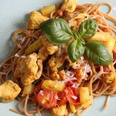 Celozrnné špagety s kuracím mäsom a bielou špargľou Spaghetti, Ethnic Recipes, Food, Meal, Essen, Hoods, Meals, Eten