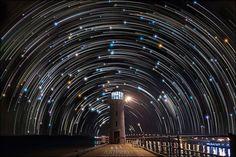 星の軌跡で悠久の宇宙のリズムを浮かび上がらせた写真 > Justin Ng(http://www.justinngphoto.com/) > 1時間に15度というゆっくりとした自然のリズムを、長時間露光とフォトショップの力で1枚の画像に浮かび上がらせた作品
