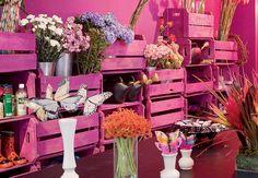 Ideia da florista Helena Lunardelli: caixotes empilhados e pintados em tom de ameixa formam uma estante e organizam as flores