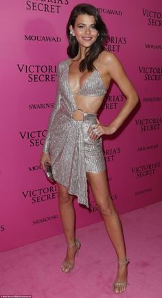 Alessandra Ambrosio leads the glamour at Victoria's Secret afterparty Supermodel Alessandra Ambrosio brought along her nine-year-old daughter Anja Mazur to the Victoria's Secret Fashion Show after-party in Shanghai, China on Monday. Sexy Outfits, Sexy Dresses, Fashion Outfits, Womens Fashion, Latest Fashion, Party Fashion, Vs Fashion Shows, Look Fashion, Fashion Models