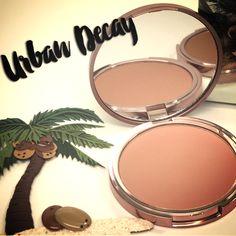 Beached Bronzer da Urban Decay é um bronzer em pó com uma fórmula super macia, para um brilho radiante e uma cobertura pura e natural.  Ainda inclui um espelho perfeito para a aplicação em movimento!  #urbandecay #beachedbronzer #bronzer #makeup #maquilhagem #novidade