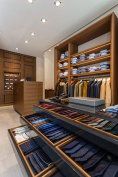 Pin by tanu malhotra on menswear магазин интерьеры, интерьер магазина, бути Showroom Interior Design, Retail Interior, Shop House Plans, Shop Plans, Shop Front Design, Store Design, Yellowstone Nationalpark, Suit Stores, Clothing Store Displays