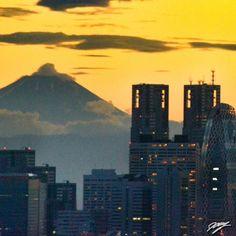 2012/08/20 Photo Diary: Mt. Fuji and Shinjyuku City  夕焼けの富士山と新宿高層ビル。この時期の夕刻の空は、オレンジ色や紫色など、日によって見せる色が異なり、なおかつそういう姿は一瞬だったりして、出会えるかどうかは偶然といえる。  It's the moment of the sunset.  / Photo / NIKON D3100 / Sunset / Tokyo (F/9, ISO2200, 1/30s, 0.00ev)